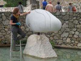 Restauration des sculptures du labyrinthe Miro